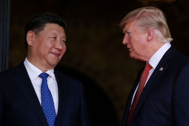 美國總統川普(右)想藉加徵關稅縮減對外貿易逆差,但至今成效不彰。(路透)