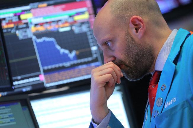 美股今(6)日開盤再度下跌,華為財務長遭逮引起市場對美中貿易關係的恐懼,美債殖利率曲線反轉也讓市場擔憂經濟可能衰退。  路透