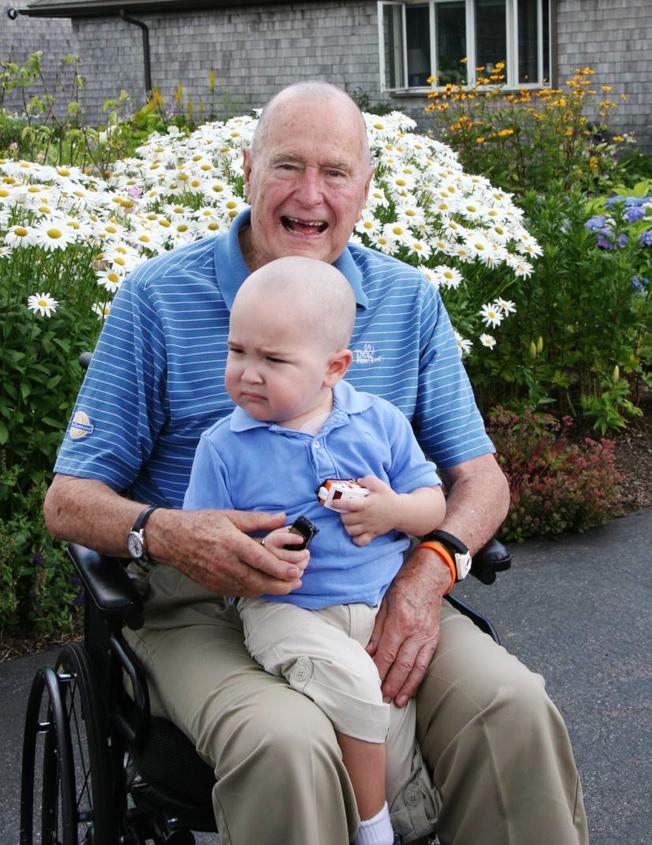 老布希在2013年得知一名特勤局隨扈的2歲兒子罹患白血病,小男童頭髮已掉光,全組人員決定也要將頭髮剃光。美聯社