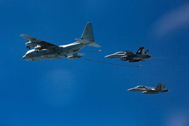 兩架美軍F/A-18D大黃蜂戰機準備和前方的KC-130J空中加油機進行空中加油作業,照片攝於二○一六年十月。 (美聯社)