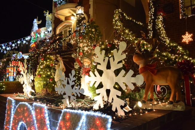 卡通造型的耶誕節燈飾,非常可愛。(記者顏潔恩/攝影)