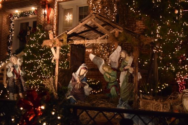 部分屋主以聖經人物故事為主題,製作彩燈。(記者顏潔恩/攝影)