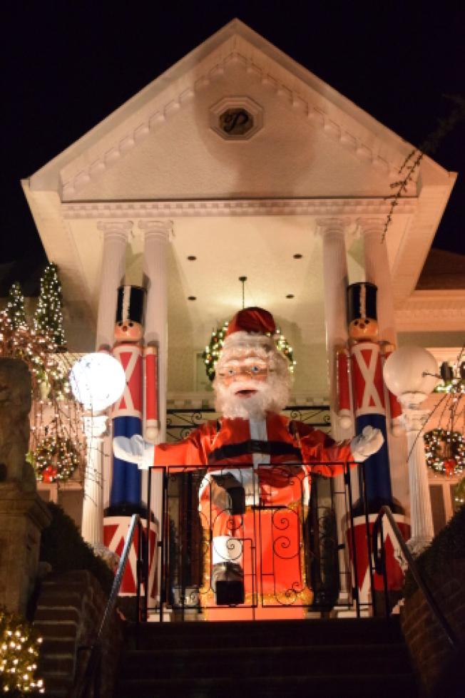 波利佐托屋的巨型耶誕老人是標誌,屋頂處還有個寫著P字母的圓形記號。(記者顏潔恩/攝影)