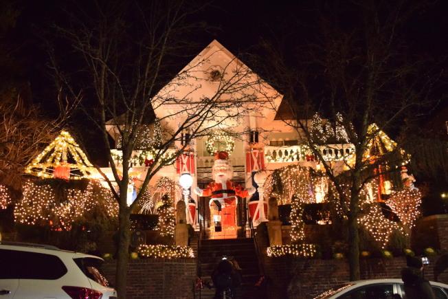 波利佐托屋是其中最早開始布置耶誕燈飾的家庭之一,中間的巨型耶誕老人是標誌,屋頂處還有個寫著P字母的圓形記號。(記者顏潔恩/攝影)