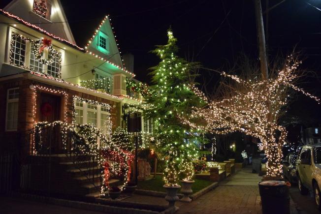 戴克高地延續耶誕節燈飾傳統,家家戶戶掛上炫目的裝飾品和彩燈。(顏潔恩/攝影)