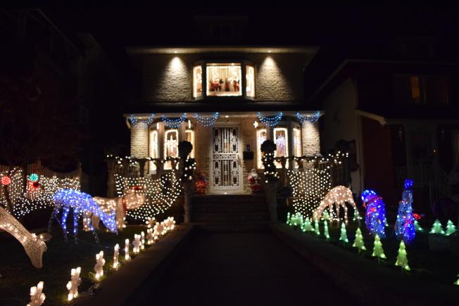 戴克高地一帶延續耶誕節燈飾傳統,家家戶戶掛上炫目的裝飾品和彩燈。(顏潔恩/攝影)