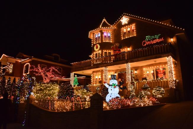戴克高地有著耶誕節燈飾傳統,家家戶戶掛上炫目的裝飾和彩燈。(顏潔恩/攝影)