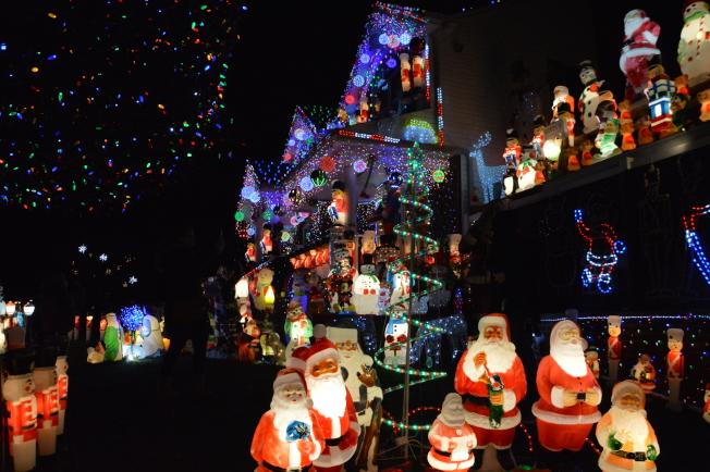 林奇今年再度點亮自家住屋的燈飾,展現皇后區最閃亮的耶誕屋。(記者牟蘭/攝影)