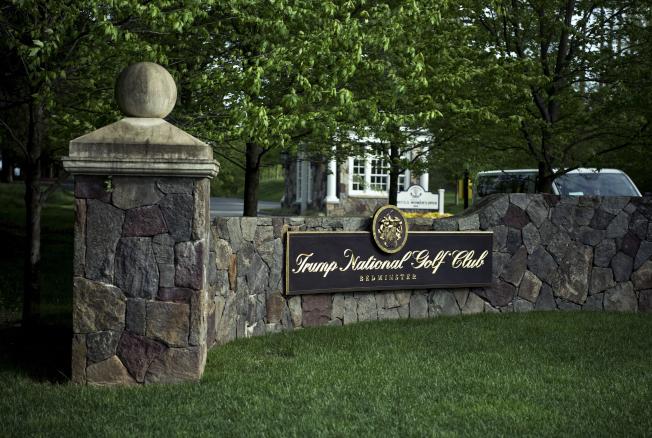 兩位拉美裔員工向紐約時報報料表示,位於新澤西州的川普貝德明斯特高爾夫球俱樂部雇用無證移民,包括她們自己在內。圖為該球場入口處。(Getty Images)