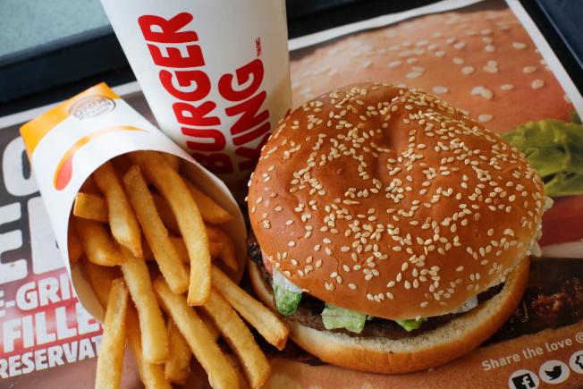 連鎖快餐店漢堡王推出招牌產品華堡限時優惠:粉絲若在麥當勞店內使用應用程式線上訂購漢堡王速食,僅用一分錢就可買到華堡。圖為漢堡王的華堡餐。(美聯社)