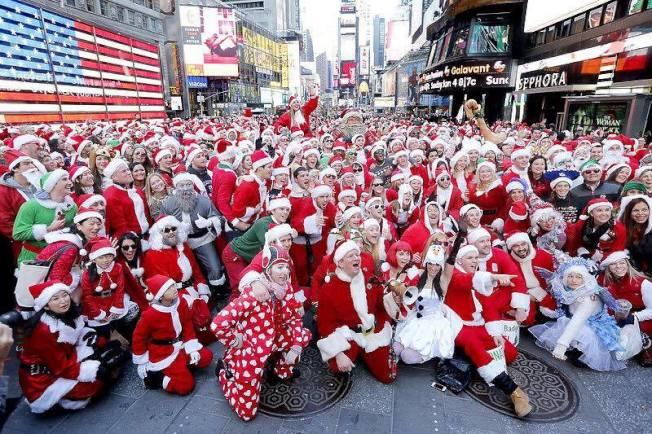 耶誕老人大集合派對,許多人飲酒狂歡。(取自臉書)