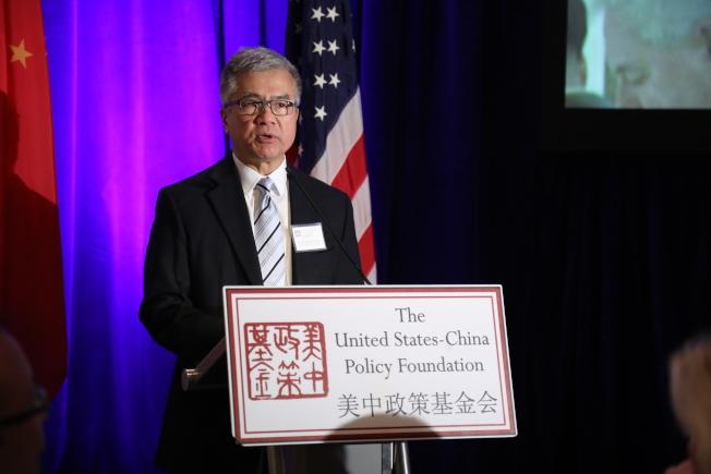 美中政策基金會舉行成立23周年年會,前美國駐中國大使駱家輝代表基金會頒獎。(記者羅曉媛/攝影)