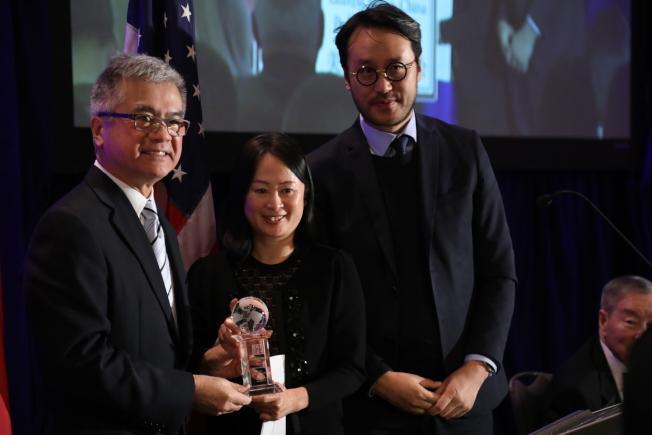 美中政策基金會舉行成立23周年年會,前美國駐中國大使駱家輝(左一)代表基金會向香港南華早報頒獎。(記者羅曉媛/攝影)