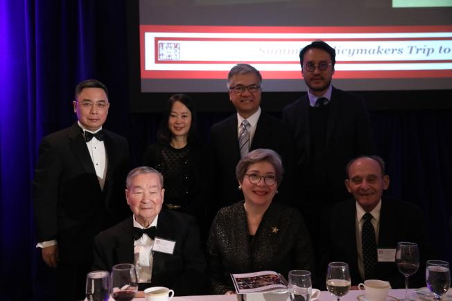 美中政策基金會年會,創始人王冀(前左一)、中國駐美大使館公使李克新(後左一)、前美國駐中國大使駱家輝(後右二)與獲獎嘉賓合影。(記者羅曉媛/攝影)