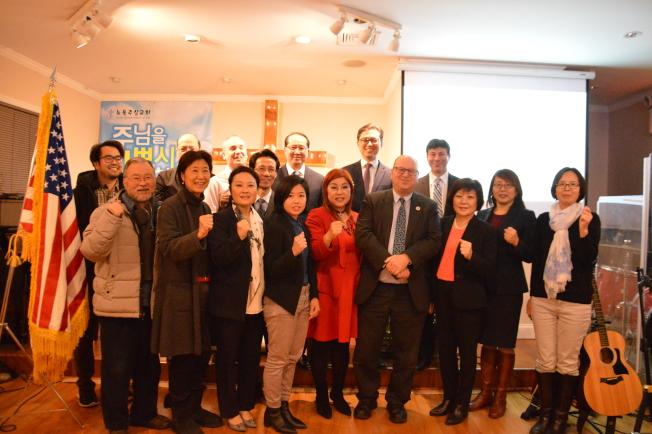 Christine Colligan(前排右五)和其他韓裔社區代表呼籲更多亞裔發聲、反對取消SHSAT。(記者牟蘭╱攝影)