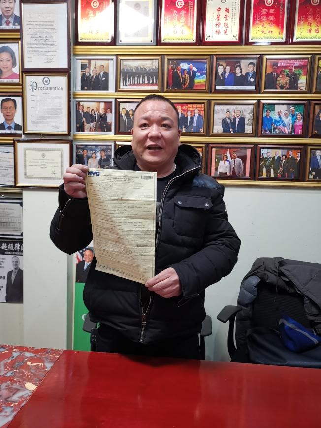林惠明氣憤地回憶收到罰單的過程。(記者黃伊奕╱攝影)