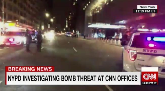 有線電視新聞網(CNN)6日晚再度傳出被放置炸彈,大樓全部疏散,警方也封鎖整條街進行調查。(CNN視頻截圖)