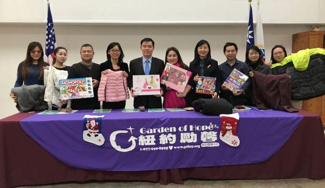 劉元芬(左四)歡迎民眾積極參與「點亮希望」捐獻活動。(記者牟蘭/攝影)