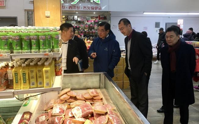 黃屏(左二)走訪法拉盛新世界商城,左一為新世界商場董事長邵連武,左三為中國駐紐約副總領事邱艦。(記者朱蕾/攝影)