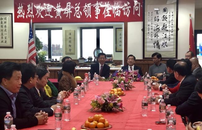 黃屏(靠窗排左二)與僑團代表座談。(記者朱蕾/攝影)