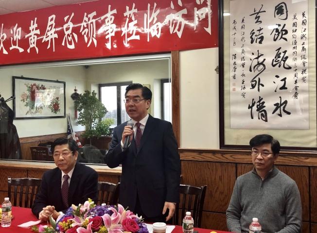 黃屏(中)向僑團代表介紹自己,左為黃根弟、右為蔣健。(記者朱蕾/攝影)