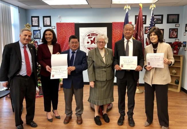 史塔文斯基(右三)、魏普林(左一)和顧雅明(左三)出席,向李揚(右二)、福特(左二)等頒發表揚狀。(記者朱蕾/攝影)