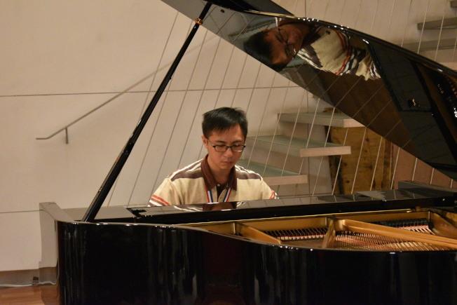 李尚軒以李斯特的「第二號匈牙利狂想曲」獲得第四屆國際身障鋼琴比賽金牌。(記者顏嘉瑩/攝影)