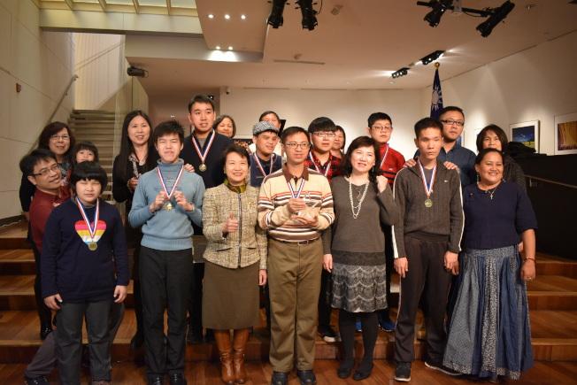 台灣八位身心障礙鋼琴家日前到紐約參加比賽,6日舉辦慶功茶敘。(記者顏嘉瑩/攝影)
