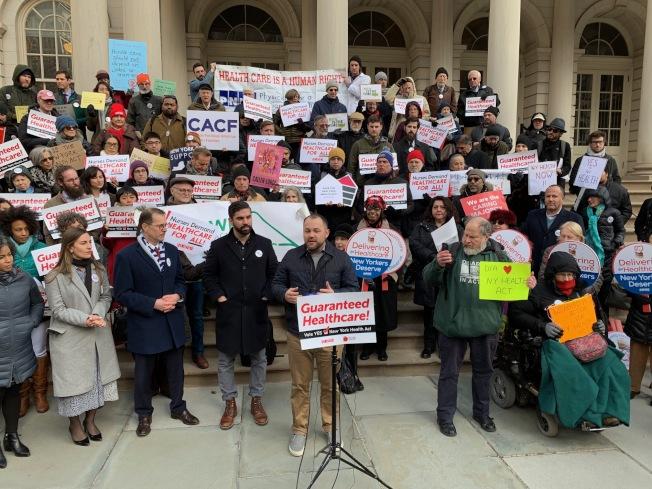 張晟(發言者)呼籲紐約州議會通過「紐約健保法案」。(記者和釗宇/攝影)