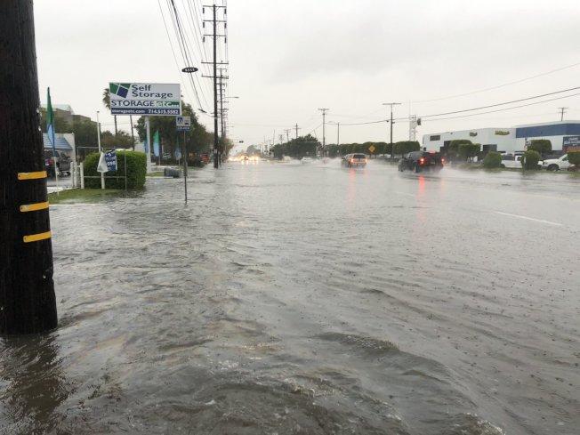 富樂頓Orangethorpe街和Raymoond西街因為暴雨發生積水。(取自OC Skywarn推特)
