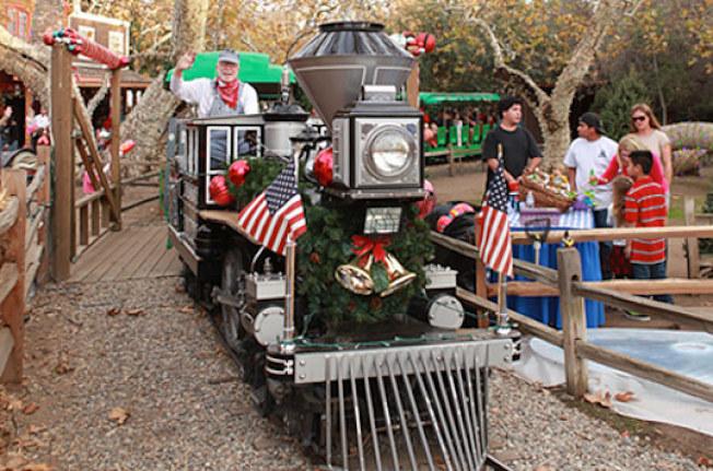 布置燈飾和耶誕裝扮的火車充滿節日氣氛。(爾灣公園鐵路公司提供)