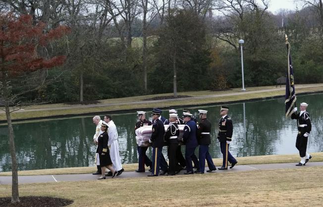 已故總統老布希的靈柩6日由火車載運至德州大學城後,安葬德州農工大學總統圖書館旁的家族墓園。(美聯社)