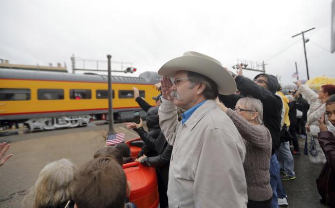 已故總統老布希的靈柩6日由火車從休士頓載運至大學城,鐵道沿途有成千上萬群眾聚集,表達追思與敬意。(美聯社)