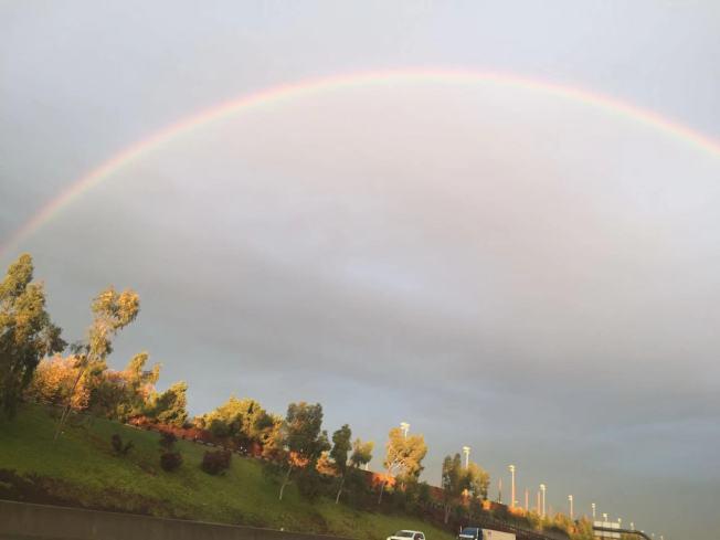 210公路山腳地區6日傍晚出現彩虹。(記者楊青/攝影)