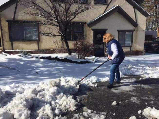 大熊山地區6日再降新雪,居民剷雪忙。(讀者提供)