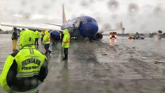 西南航空公司的航班6日上午在布班克機場降落時,因跑道積水煞車失控,險釀大禍。機上乘客嚇出一身冷汗。(KTLA5)