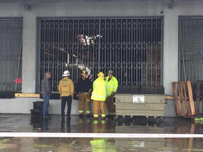 艾爾蒙地一家華資倉庫的屋頂因不堪連夜大雨,6日上午發生跚塌(見欄杆内的天頂),所幸工作人員即時撤離,沒人傷亡。(記者楊青/攝影)