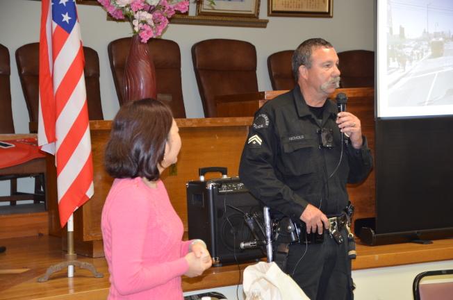 洛市警員Steven Nichols為民眾普及獨居老人安全須知。(記者王全秀子/攝影)