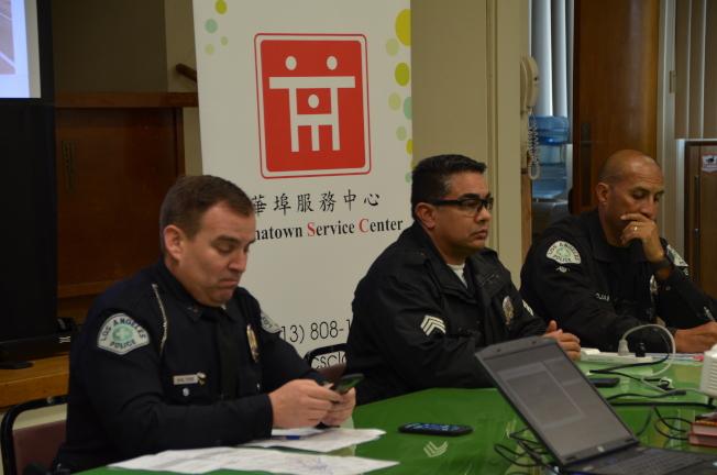 三位洛市警局交通隊員警介紹交通安全須知,Gary Walters(左)介紹華埠的交通盲點。(記者王全秀子/攝影)