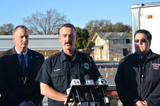 康縣消防局火災預防隊長萊恩(中,George Laing)說,雖然很多嫌犯因為復仇等原因縱火,但比夏普並未提及縱火緣由,所以還不知其犯罪動機。 (記者劉先進╱攝影)