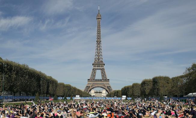 為因應黃背心抗議活動,巴黎艾菲爾鐵塔宣布周六關閉。圖為遊人如織的艾菲爾鐵塔。(美聯社)