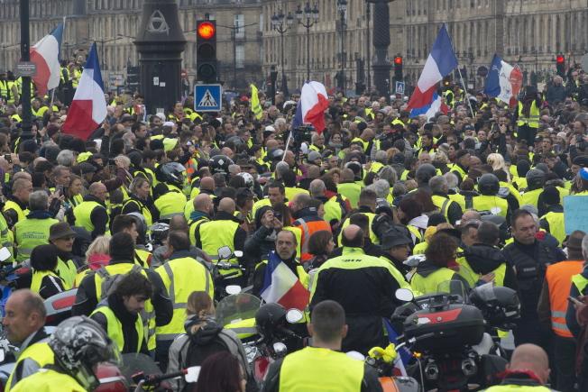 抗議油價高漲的法國人穿著黃背心上街,包圍酒鄉波爾多的市政府。(歐新社)
