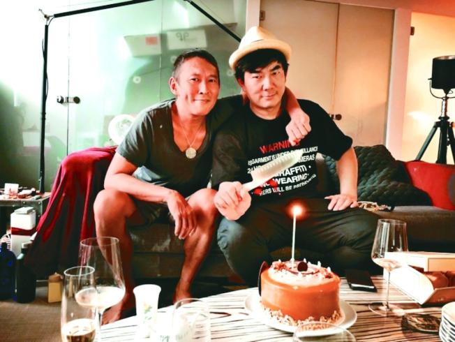 任賢齊(右)為拍鈕承澤新片「跑馬」,增肥26公斤。(取材自微博)