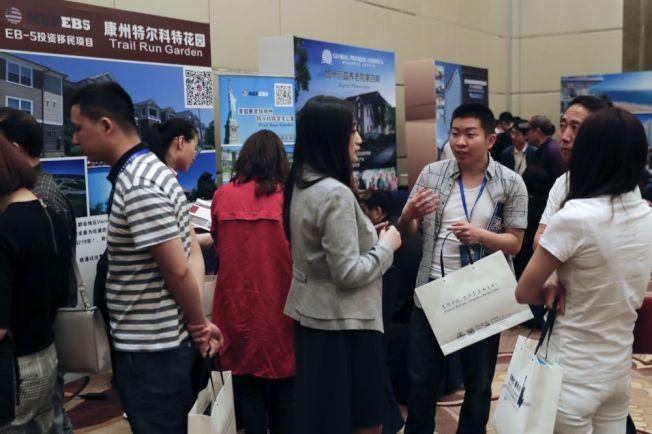 由於排期過長,原本市場紅火的美國投資移民項目,已經不再受到中國投資者青睞。(美聯社)