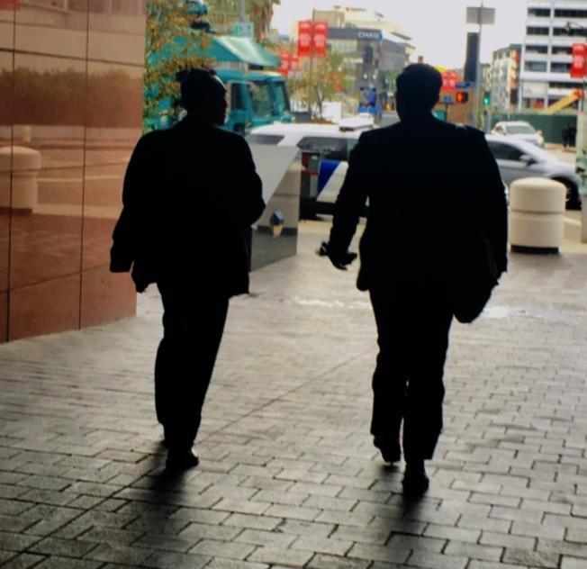 麥傑安(左)與辯護律師John Littrell現身法庭。(本報檔案照)