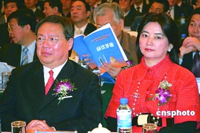 香港民政事務局前局長何志平(左)捲入跨國賄賂案,旁為其第二任妻子胡慧中;圖為夫妻倆早前出席內地一場活動。(中新網資料照片)