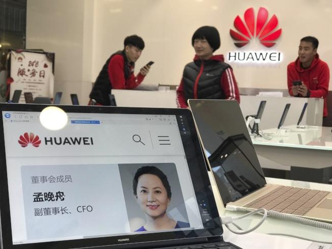北京一家華為門店展台上擺放孟晚舟的介紹。(路透)