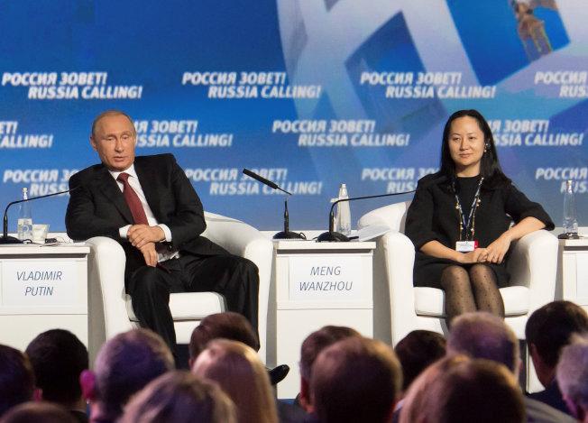 華為財務長孟晚舟(右)2014年在莫斯科出席投資論壇,左為俄羅斯總統普亭。(路透)