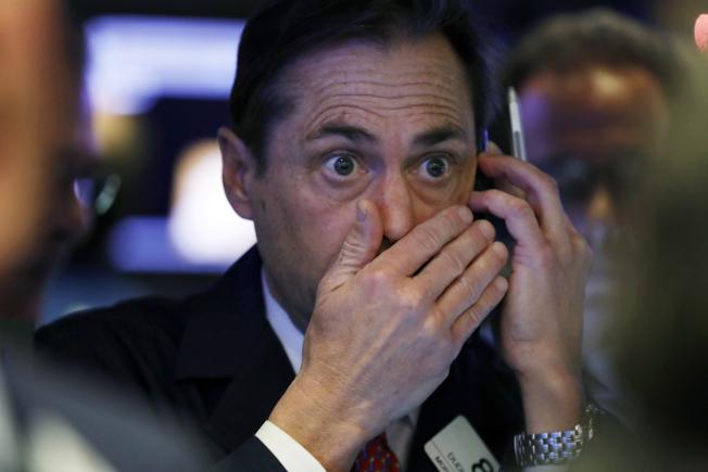 華為財務長孟晚舟被捕,引發華爾街猜疑,股市大跌近800點;後來聯準會放話,股市奇蹟反彈,紐約證交所交易員看得目瞪口呆。(美聯社)