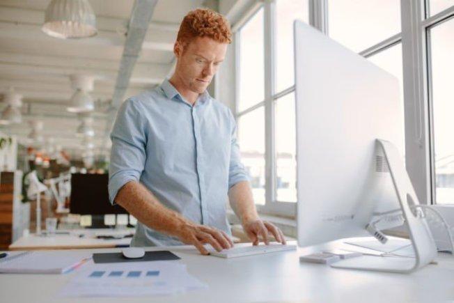 研究指出,其實站立和坐著工作同樣都會帶來壞處,從改善健康層面來說,站立工作的好處可能是遠遠被高估了。取材自shutterstock